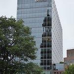 St. Michael spiegelt sich in der Glasfassade