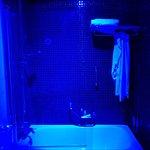 Otra vista de la bañera con la luz ultravioleta relajante