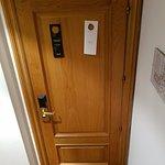 Puerta de acceso a la Junior Suite Dúplex, situada en el espacio inferior de la habitación