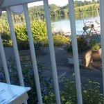 Restaurant bien placé ! soirée tranquille et avec plaisir on regarde les bateaux , les nageurs .