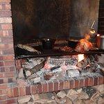 C'est dans la cheminée que grillent les plats principaux
