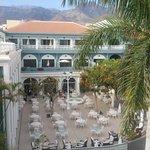 Blick vom Dach/Pool auf die Restaurantterrasse