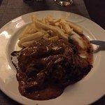 Restaurant du camp. Nourriture correcte, bon morceau de viande. Cadre très jolie