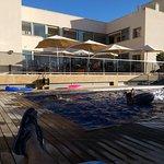 Zona de terraza y piscina.