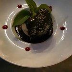 Salade dégustation et meringue praliné avec coulis de chocolat chaud.Une merveille !