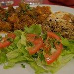 Salade, tomate, riez/lentilles/amandes et moussaka