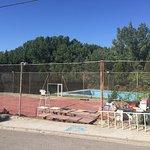 Piscina sin agua y Pista Tennis inservible