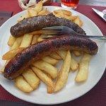Saucisses grillées frites (cela ressemble au menu enfant, mais il s'agit bien d'un plat à la car