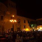 plaza de noche con bares y restaurantes