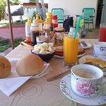 El desayuno de Bety en el jardín de nuestra habitación