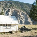 Tent-cabin and its pic-nic table