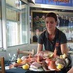 Présentation des poissons de la Bouillabesse. Un peu d'attente avec l'apéro avant de se régaler.