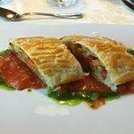 Gemüsestrudel auf Tomaten/Basilikum Pesto
