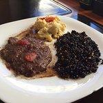 Filet Mignon ao molho, arroz negro com castanhas e couve flor gratinada
