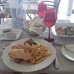 Pranzo in riva al mare: panini con patatine e cesar salad