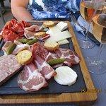 la planche mixte de charcuteries et fromages et verre de vin pour 2