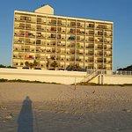Photo de Tropical Winds Oceanfront Hotel