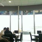 餐廳玻璃上有貼著劇照