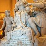 Tallado de Cristobal Colon frente a la Reina Isabel de España