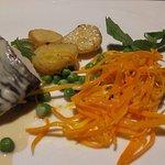 Cena composta da insalatina con salmone affumicato - secondo piatto di salmone in salsa su letto