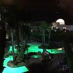 Vista nocturna zona piscina