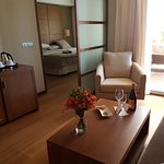 Una habitación con salita. Todo muy cálido y cómodo. Camas anchísimas y muy confortables.