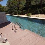 La piscina tipo río larguísima, limpísima y fresquita, cosa que se agradece mucho en agosto.
