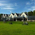 L'hôtel et sa terrasse pelousée