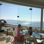 Lækker udsigt over pool og strand fra morgenmadsbuffeten