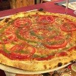 Margherita con pomodoro a fette e salsa al basilico.