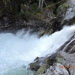 瀑布水加速後再次流下二次瀑布
