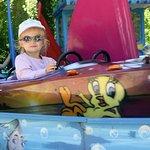ma petite fille dans un manège du Parc- bateau.