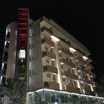 Vue de l'hôtel la nuit.