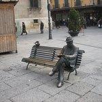 Estatua de Gaudí frente al edificio.