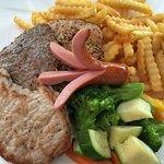 Grillteller: Fleisch vom Schwein, Pute, Rind, frisches knackiges Gemüse!