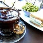 chocolate espeso y tostadas con palta