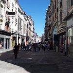 une rue piétonne, bordée de commerces
