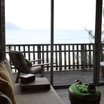 Ocean View Villaのリビングと部屋からの眺め