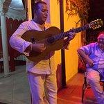 petit air de guitare et chason kabyle au frais sur la terrasse ... voyage assuré pour le Maroc