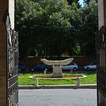 La Navicella e la attuale sistemazione a fontana, all'uscita della chiesa di Santa Maria in domi