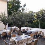 mediterrane Sonnenterrasse im Olivengarten