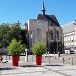 Le palais Rihour, monument et siège de l'office de tourisme. Derrière, le magasin du Printemps