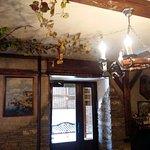 вход в зал с виноградной лозой