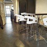 """Salle """"Mange Debout"""" en face de Cuisine vue vers salle principale du Restaurant"""