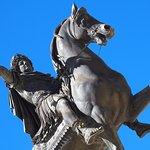 statue du roi Louis XIV au centre de l'esplanade