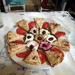 antipasto misto: triangoli di piadina, pomodori, zucchine e 7 salse diverse da provare