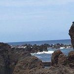 De woeste golven, worden weer heel kalm, achter de rotsen.