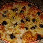 Pizza: margherita con olive nere
