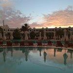 coucher de soleil sur la piscine
