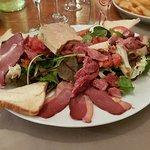 Salade gourmande avec 2 tranches de foie gras avant que je l'entame !
